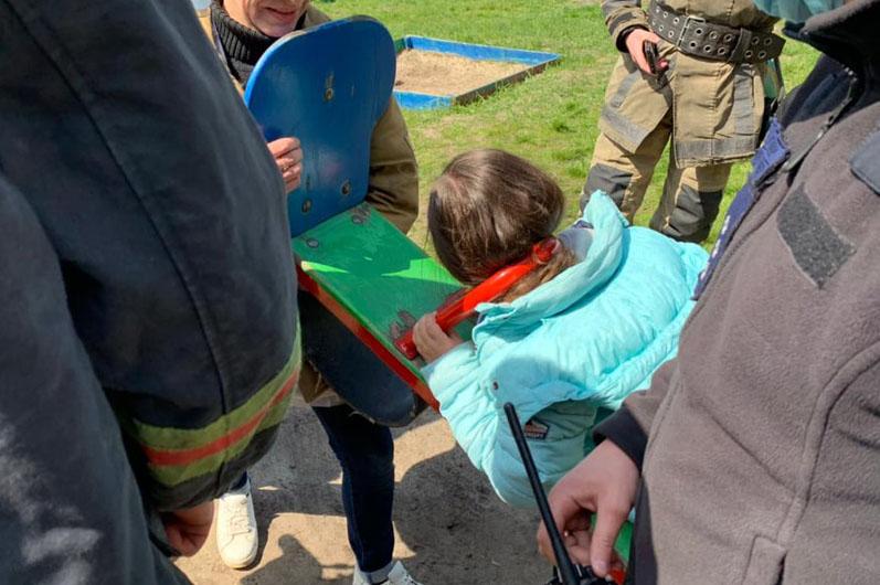 Мов у металевих лещатах. На Дніпропетровщині дівчинка засунула голову куди не треба (фото/відео)