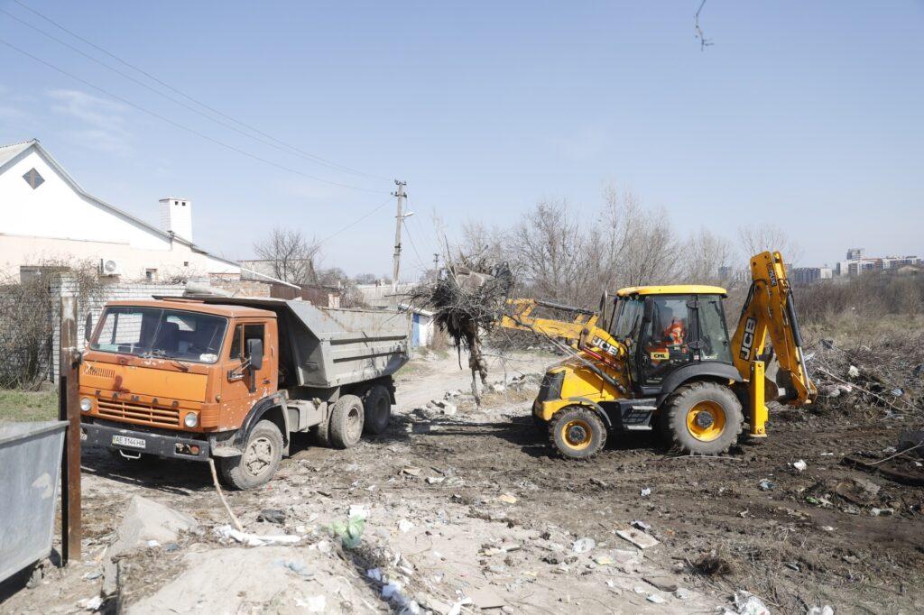 У Дніпрі ліквідовують стихійні сміттєзвалища