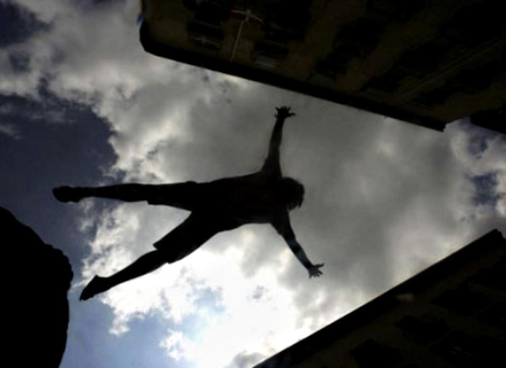 У Дніпрі голий чоловік випав з багатоповерхівки на жінку