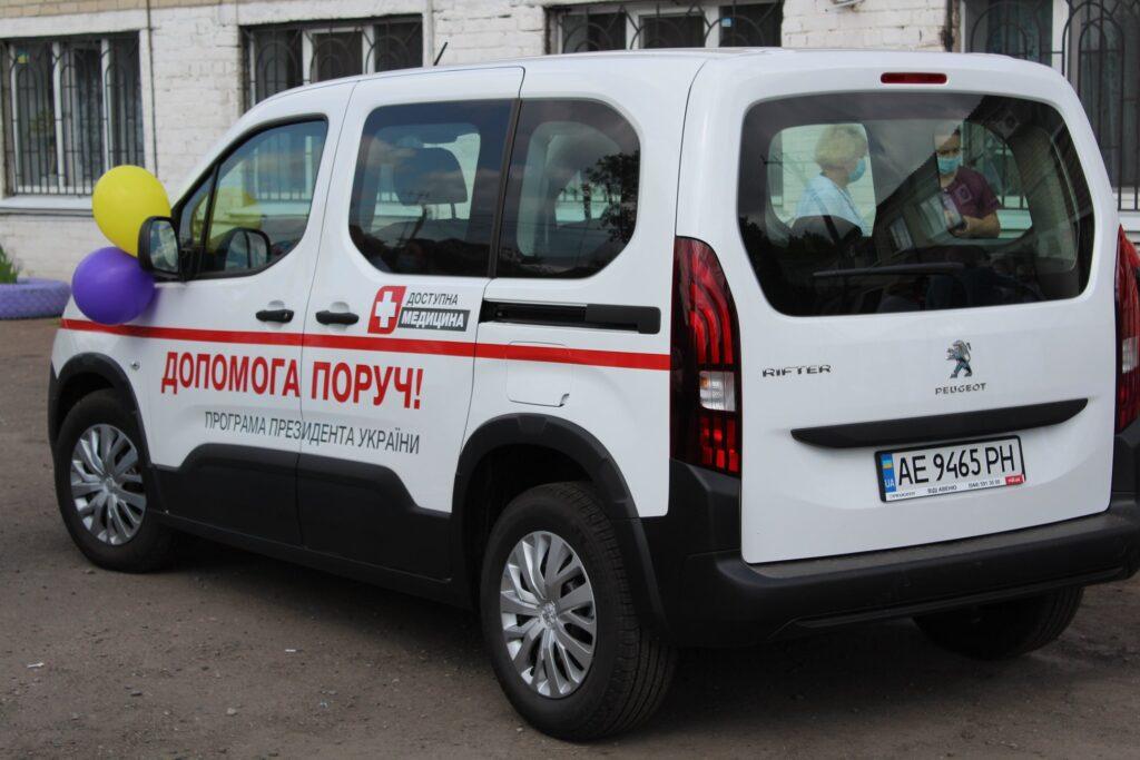 Двом лікарям на Дніпропетровщині вручили ключі від «Пежо» (фото)