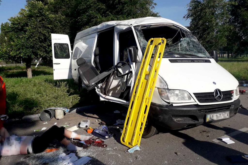 Жахливе ДТП під Нікополем: 2 людей загинуло, 8 – постраждало
