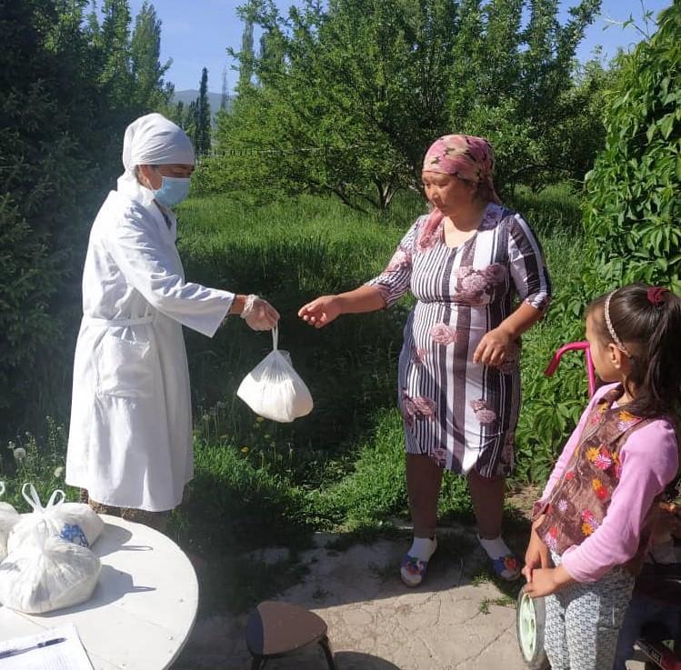 Батьки дітей молодшого шкільного віку отримують продовольство в Киргизстані