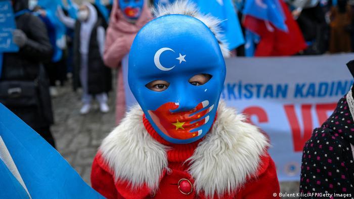 Представник діаспори уйгурів в Туреччині на акції протесту проти Китаю