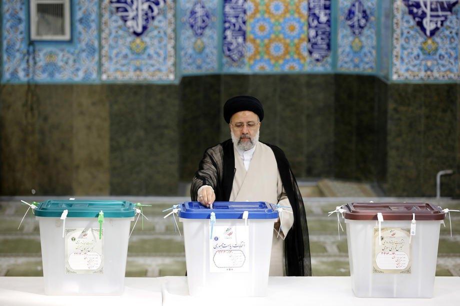 Ібрагім Райсі приймає участь у голосуванні на виборах президента Ірану 18 червня 2021. Фото: ЕРА/UPG