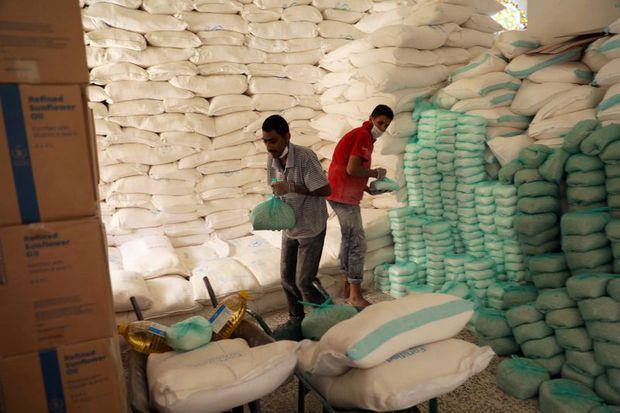 Підготовка продуктів в центрі розподілу харчування Всесвітньої продовольчої програми, в Сані, Ємен, 3 червня 2020 р