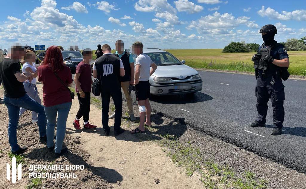 ДБР з'ясовує обставини стрілянини на трасі за участю поліцейського з Дніпра