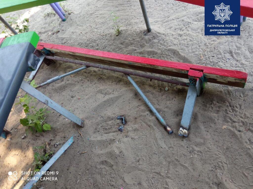 У Дніпрі невідомий зрізав лавки на дитячому майданчику