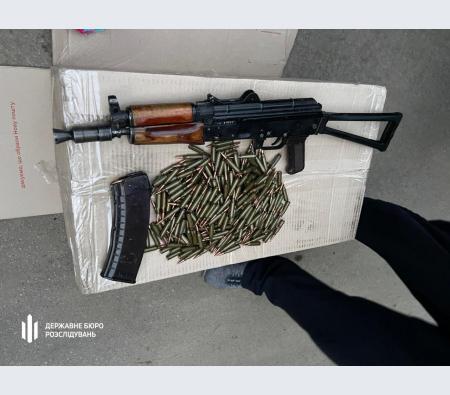 На Дніпропетровщині затримали поліцейського, який незаконно зберігав автомат Калашникова