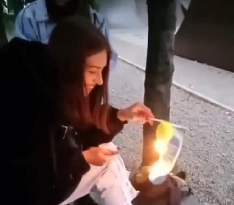 У Кам'янському школярка спалила прапор України (відео)