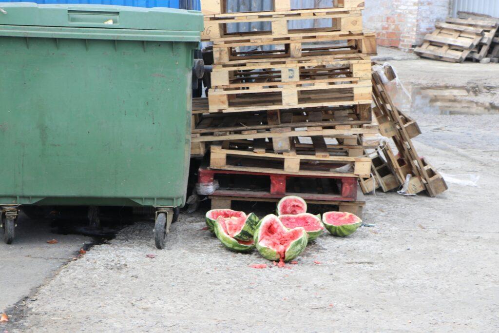 У Дніпрі перевіряють торгівельні точки на наявність договорів про вивезення сміття